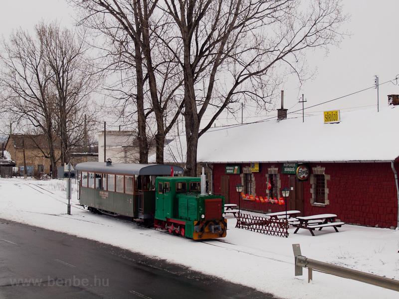 A Börzsöny Kisvasút D04-601 pályaszámú LOWA-mozdonya a fűtőház és a pályaudvar között Szobon fotó