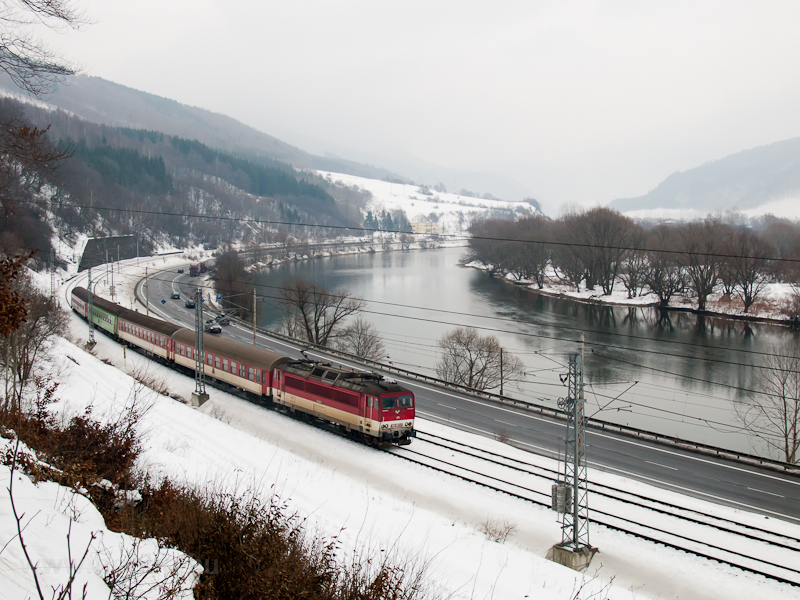 162-es egyenáramú villanymozdonnyal vontatott személyvonat Kralován (Kral'ovany, Szlovákia) és Sutó (Sútovo, Szlovákia) között fotó