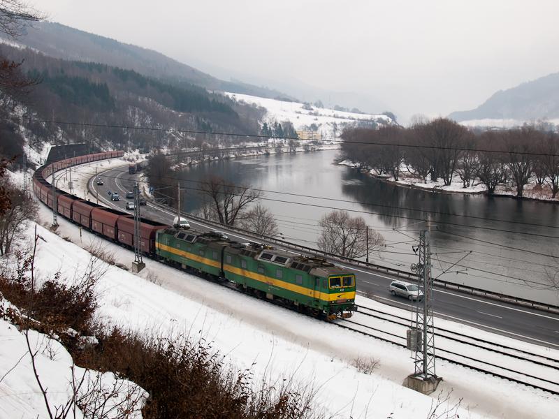 A ŽSSKC 131 037-4 pályaszámú egyenáramú, kétszekciós tehervonati villanymozdony Kralován és Sutó között fotó