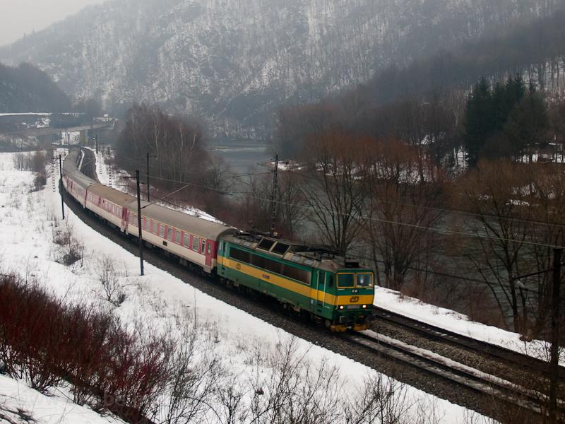 ČD 163-as a Prága és Kassa között közlekedő nappali Košičan gyorsvonattal Sztrecsény és Ruttka között fotó