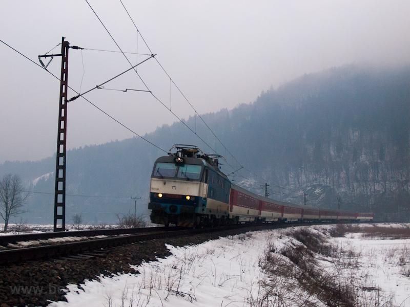 A ŽSSK 350 008-9 pályaszámú Gorilla az IC 504 Rysy vonattal Sztrecsénynél fotó