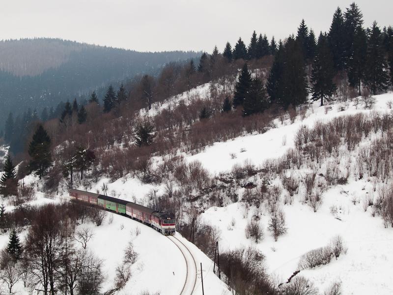 A ŽSSK 754 071-9 személyvonattal a 171-es vonalon Felsőstubnya (Horná Štubna, Szlovákia) és Józsefgőzfürész (Turček, Szlovákia) között fotó