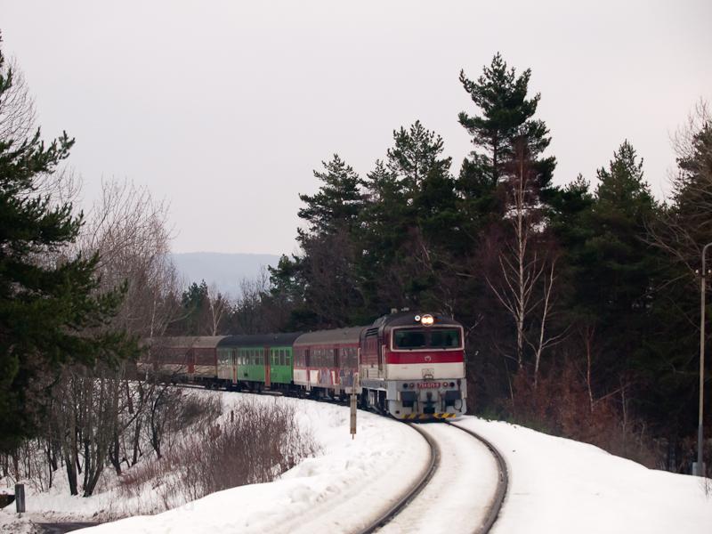A ŽSSK 754 071-9 személyvonattal a 171-es vonalon Jastrabá megállóhelyen fotó