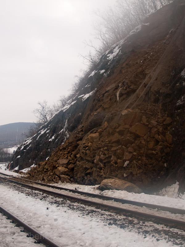 Némi kőomlás a 160-as vonalon Fűrész közelében fotó