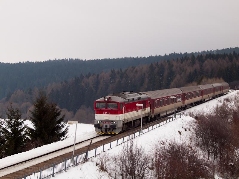 A ŽSSK 757 007-0 pályaszámú Remot-Búvár Horná Stubna obec (Felsőstubnya község) megállóban fotó
