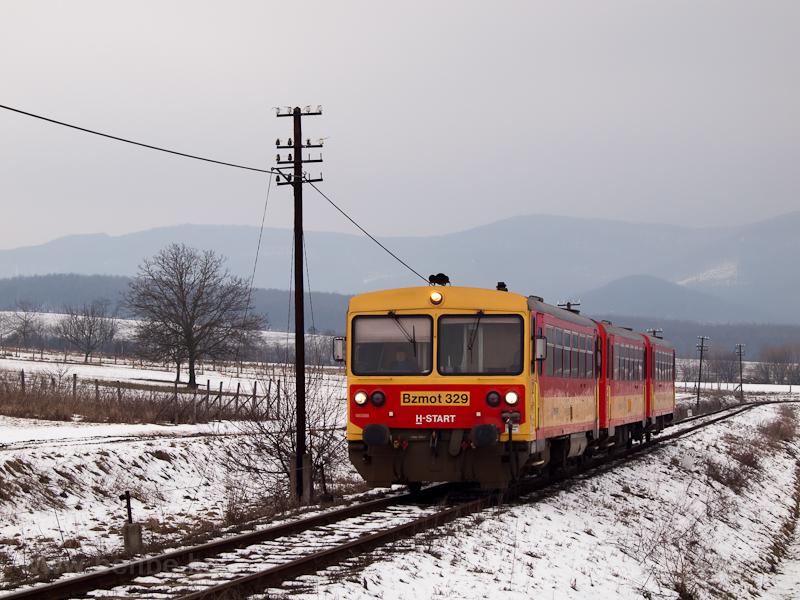 A Bzmot 329 Diósjenő és Nógrád között, Nógrád megálló-rakodóhely előjelzőjénél fotó