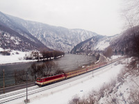 The �SSK 361 003-7 freshly rebuilt raised-speed dual-system electric locomotive between Sut� and Kralov�n