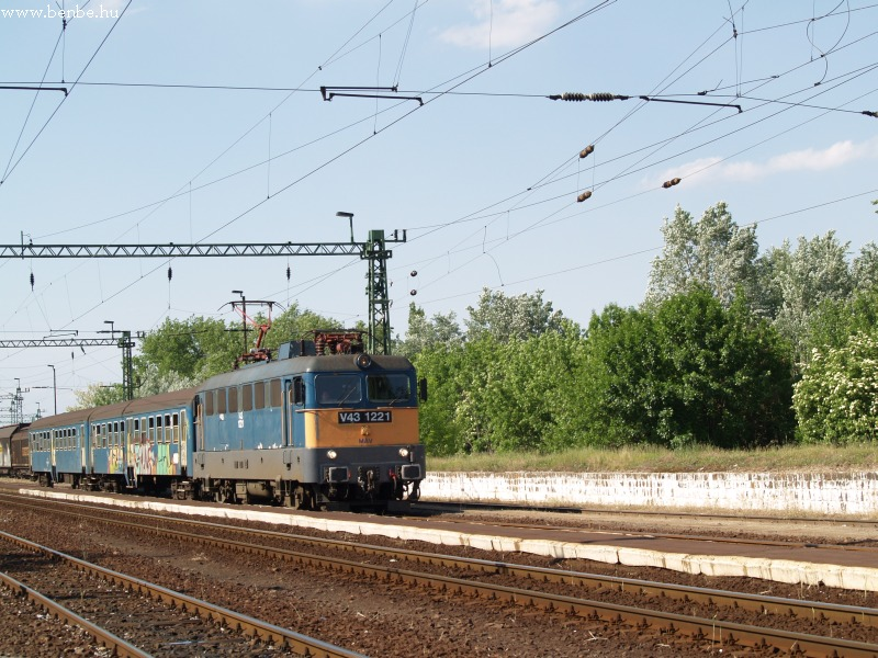 V43 1221 Kiskunmajsa nagyvasúti állomáson fotó