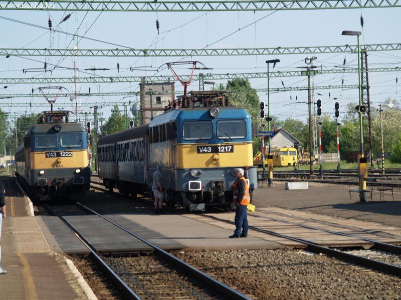 V43 1222 és V43 1217 Kiskunfélegyháza állomáson fotó
