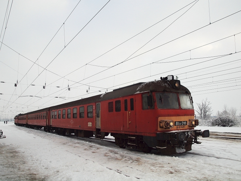 Az MDmot 3003 által tolt, Btx 016-os vezérlőkocsival közlekedő motorvonat Karcag állomáson fotó