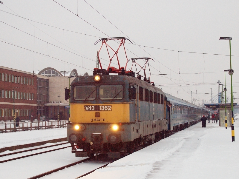 V43 1362  jégtörő üzemmódban  Debrecen állomáson fotó