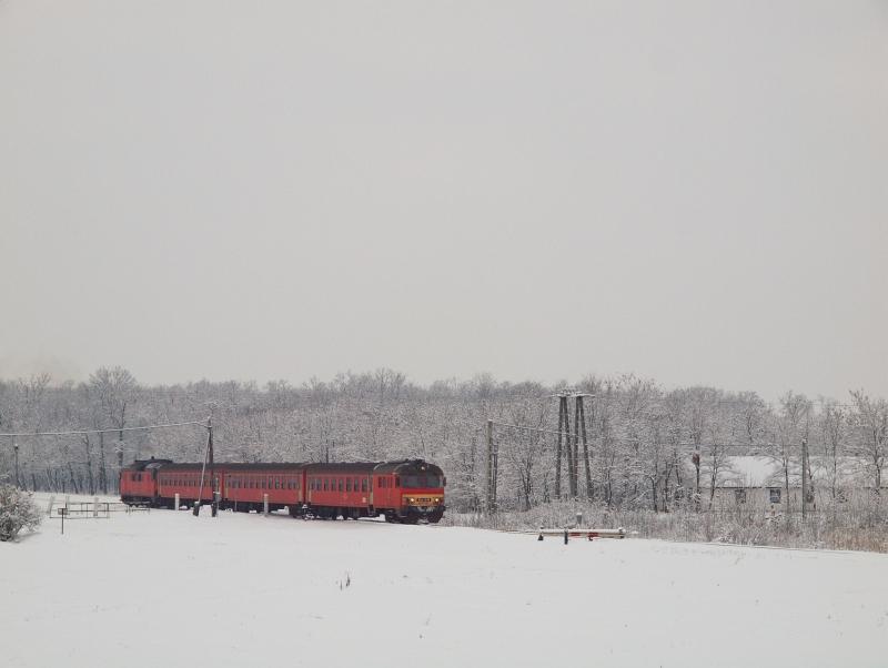 Az MDmot 3003 által tolt Btx 016-os vezérlőkocsi Karcagi vásártér megálló-rakodóhelyen fotó