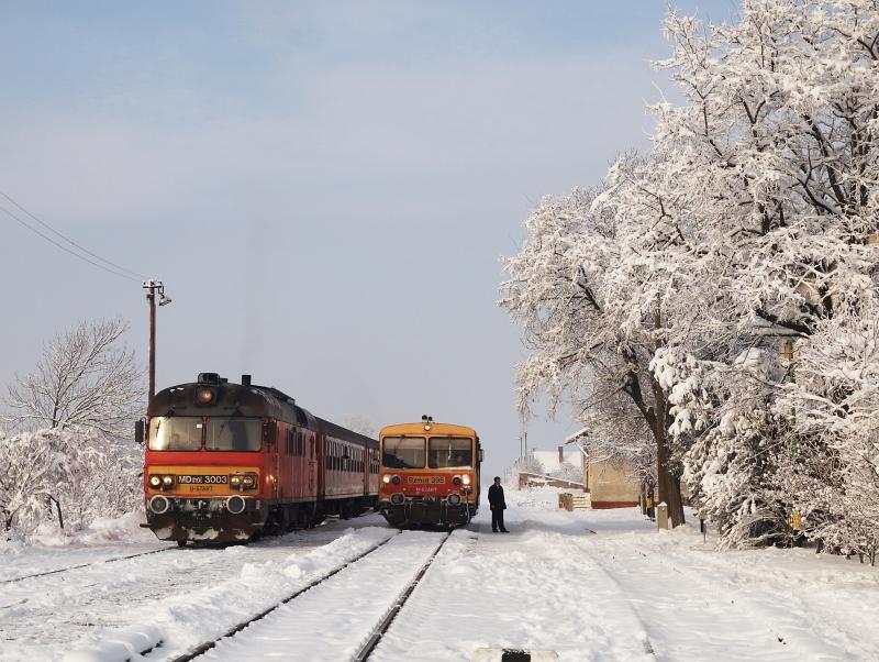 Az MDmot 3003-Btx 016 motorvonat és a menetrend szerinti Bzmot 395 Kunmadaras állomáson fotó