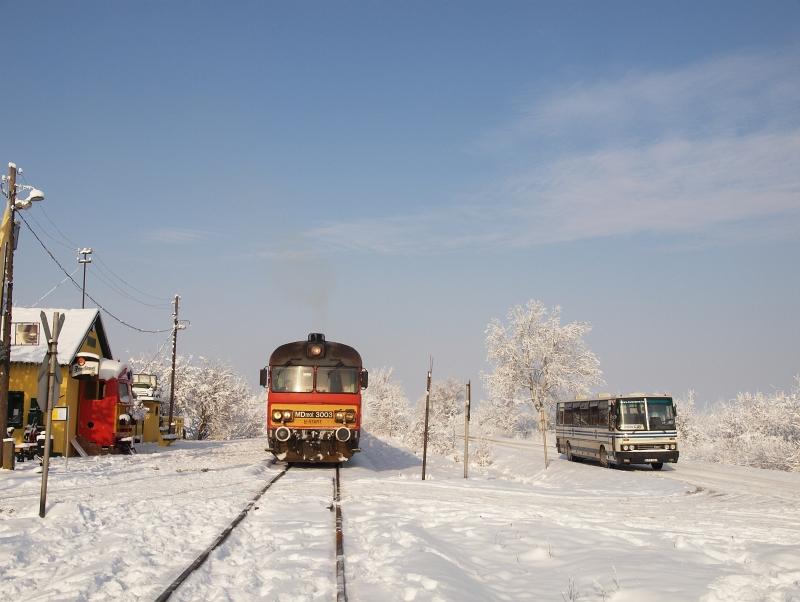 Az MDmot 3003-Btx 016 motorvonat Pusztakettős kocsmameg�ll�helyen fot�