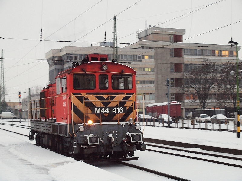 The M44 416 is shunting at Debrecen photo