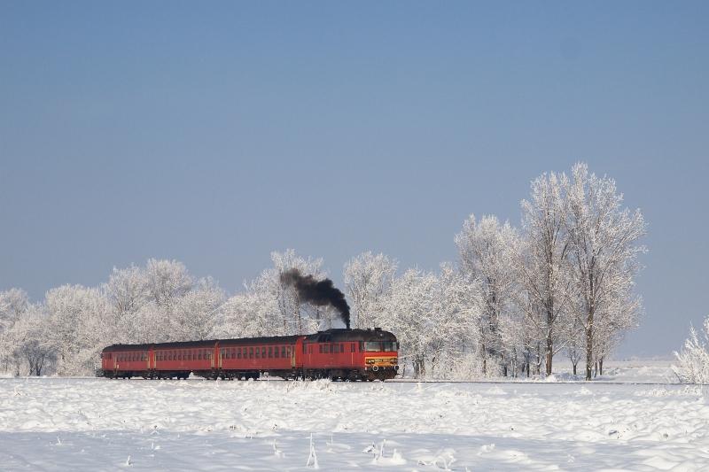Az MDmot 3003-Btx 016 motorvonat Tiszaszentimre �s Pusztakettős k�z�tt fot�