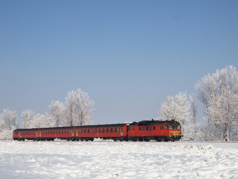Az MDmot 3003-Btx 016 motorvonat Tiszaszentimre és Pusztakettős között fotó