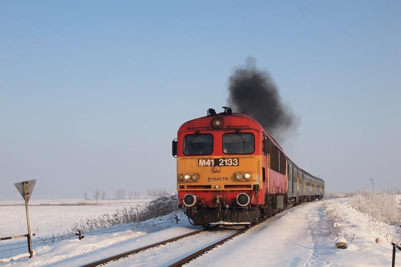 M41 2133 érkezik Debrecen felől személyvonatával Tiszafüred állomásra fotó