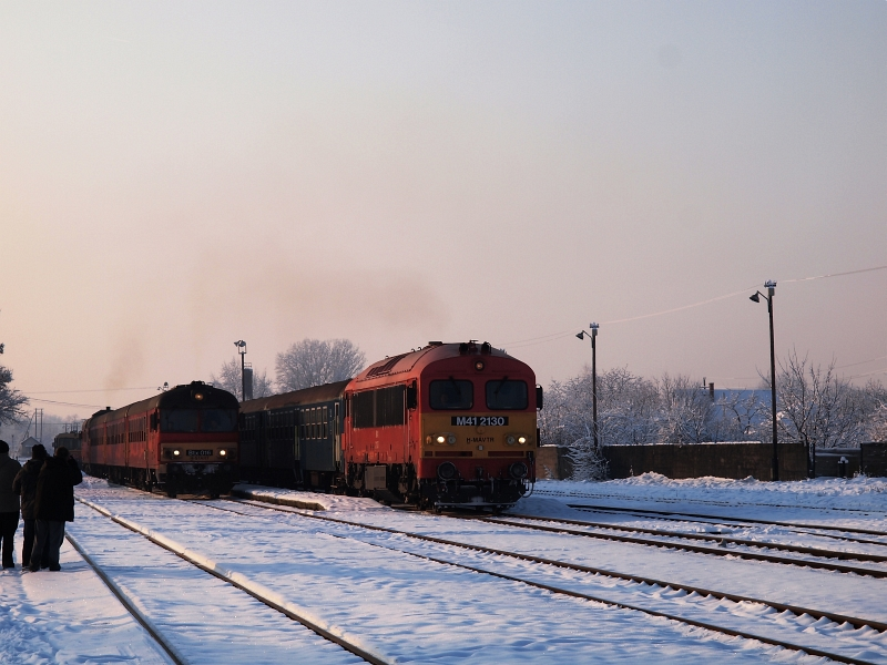 The MDmot 3003-Btx 016 trainset and the M41 2130 with a slow train from Eger at Tiszafüred station photo