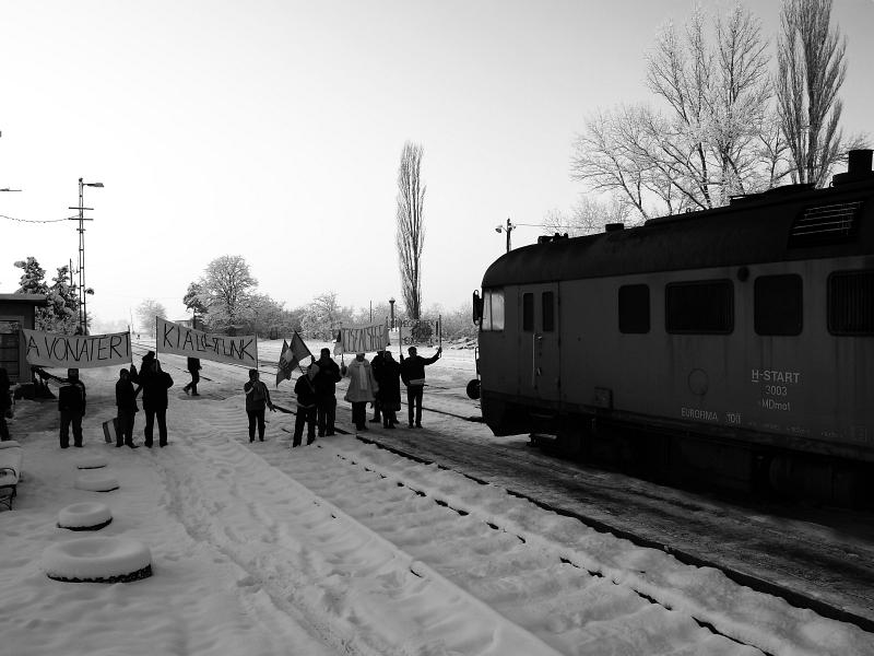 Az MDmot 3003-Btx 016 motorvonat tüntetők gyűrűjében Ohat-Pusztakócs állomáson állomáson fotó