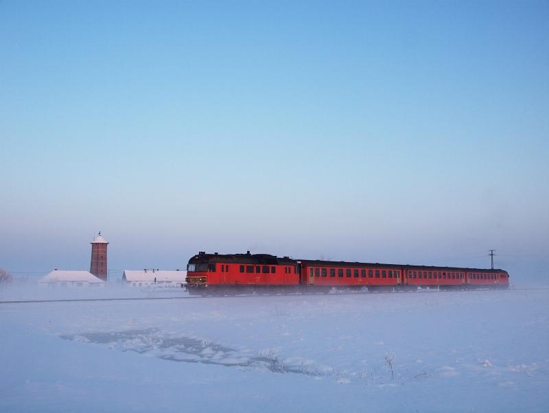 Az MDmot 3003-Btx 016 motorvonat Hortobágyi halastó és Hortobágy között, a Kun György-telepnél fotó