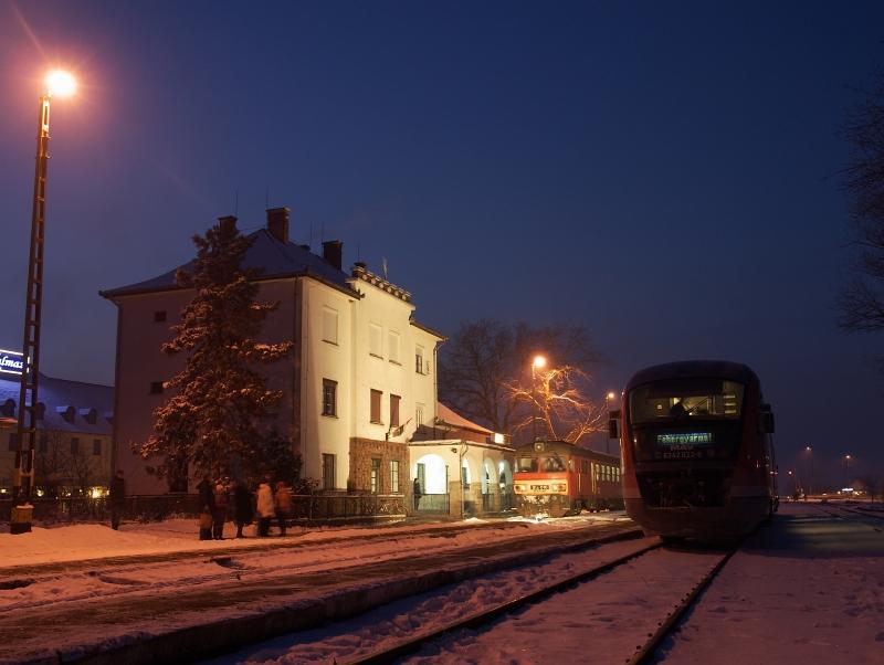 Az MDmot 3003-Btx 016 motorvonat és a 6342 022-8 ikermotorkocsi Balmazújváros állomáson fotó