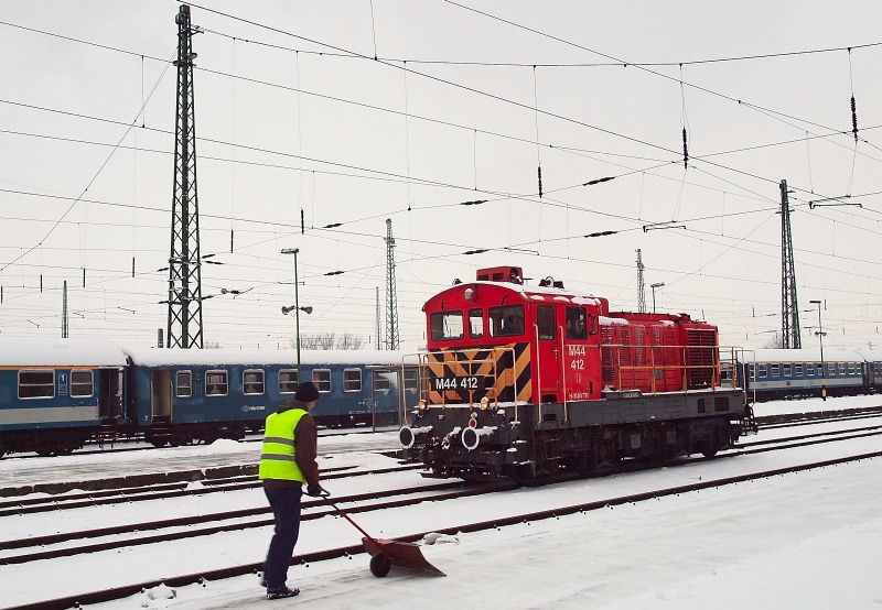 The M44 412 is shunting at Debrecen photo