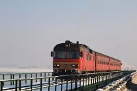 The MDmot 3003-Btx 016 trainset at a bridge in the Tisza-t� lake on the Debrecen-F�zesabony railway