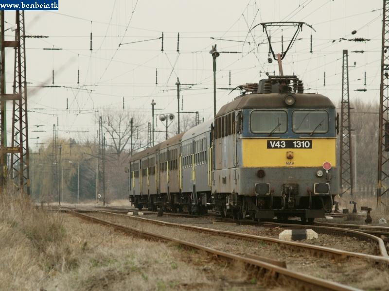 V43 1310 tolja be vonatát Környe állomásra fotó