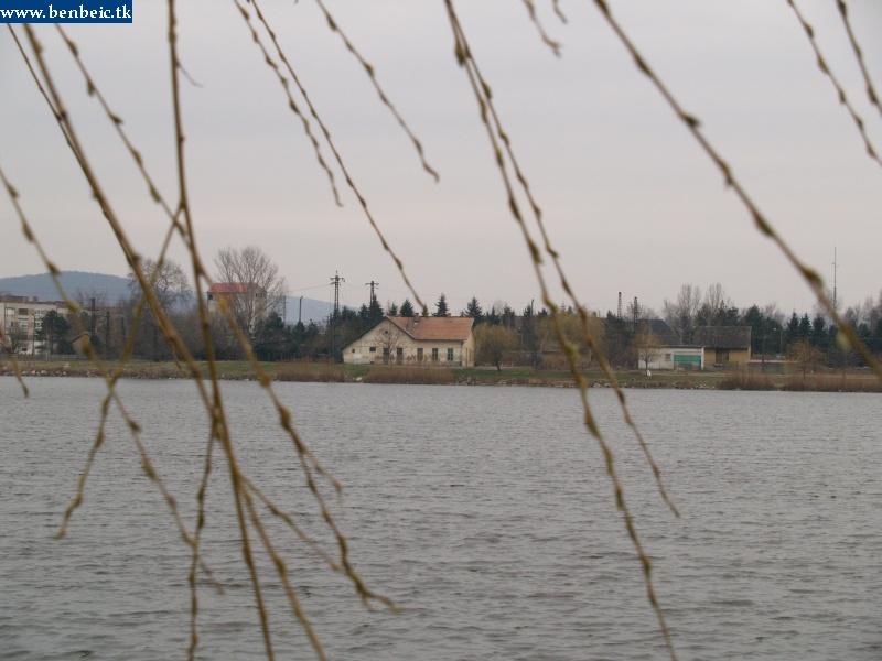 Környe vasútállomása a tó felõl fotó