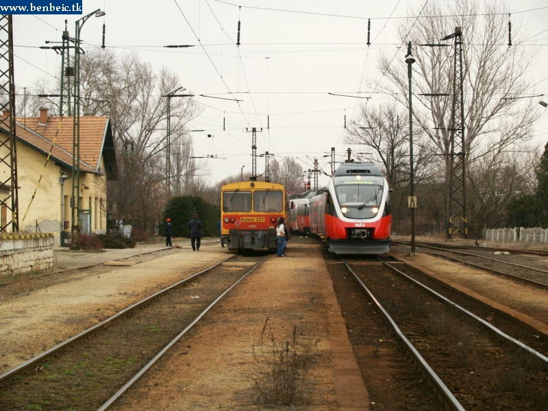 The Bzmot 277 and the Talent EMU headed by 5342 003 meeting at Környe station photo