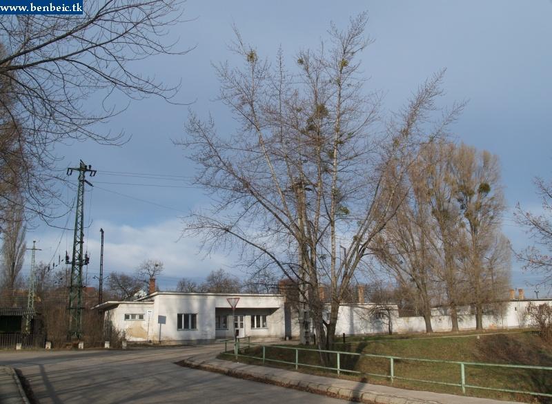 Oroszlány állomás felvételi épülete hátulról fotó