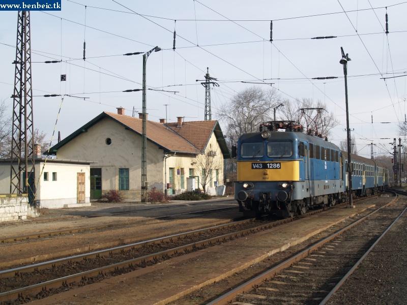 V43 1286 érkezik Környére fotó