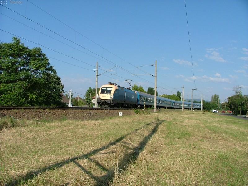 1047 005-2 fovizsga utáni futópróbára visz néhány személykocsit fotó