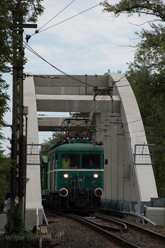 A MÁV-HÉV LVII. 90 Dunaharaszti külső és Dunahíd forgalmi kitérő között, a Ráckevei-Duna feletti, egyvágányú vasúti hídon fotó