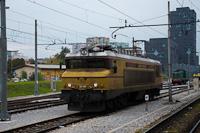 A SŽ 363 005 retró-festésű tehervonati villanymozdony Laibach állomáson