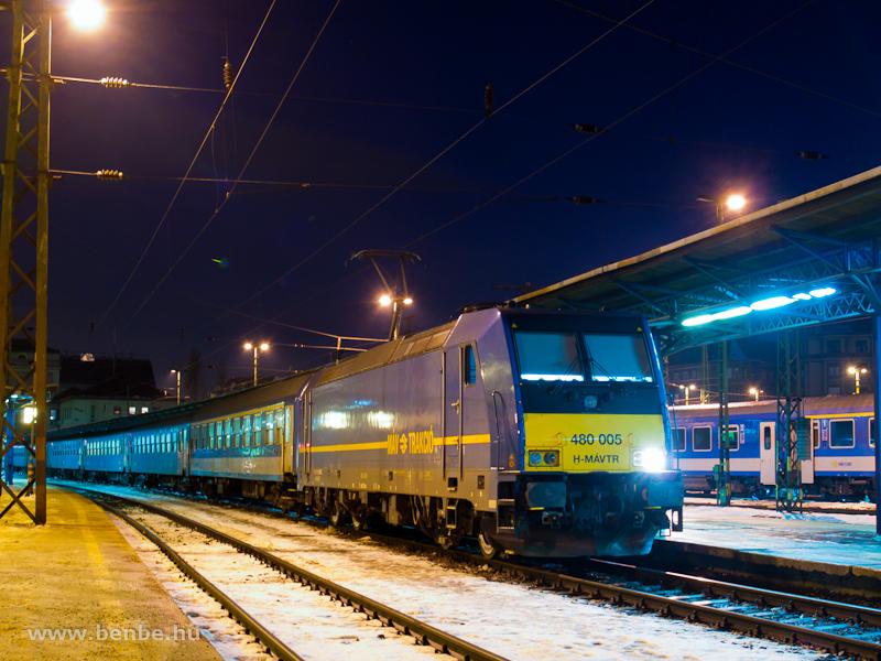 A MÁV-TR 480 005-2 sátoraljaújhelyi sebesvonattal a Keleti pályaudvaron fotó