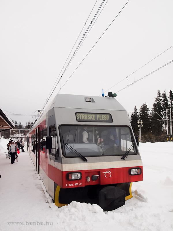 A ZSSK 425 955-2 pályaszámú motorvonat a Tátrai Villamosvasút Csorbató állomásán (Štrbské Pleso, Szlovákia) fotó