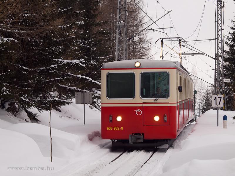 A ZSSK 905 952-8 pályaszámú fogaskerekű vezérlőkocsi Csorbató bejárati jelzőjénél fotó