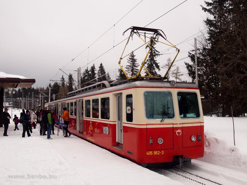 A ZSSK 405 952-3 pályaszámú fogaskerekű motorkocsi Csorbató állomáson fotó