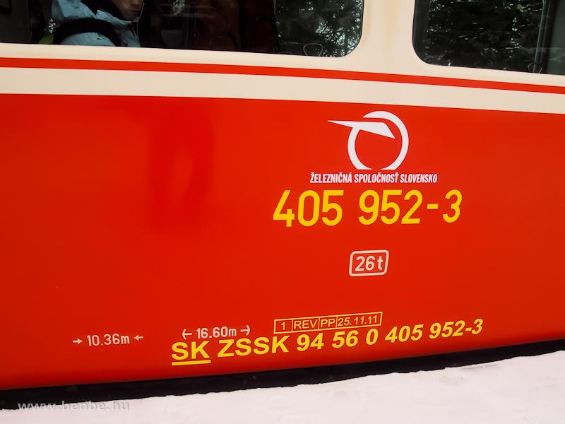 A ZSSK 405 952-3 pályaszámú fogaskerekű motorkocsi oldalán lévő feliratok fotó