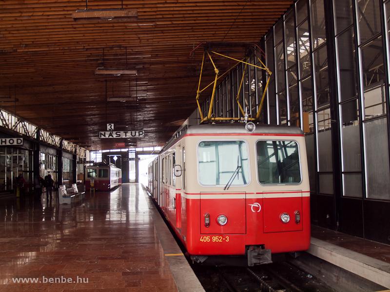 A ZSSK 405 952-3 pályaszámú fogaskerekű motorkocsi Csorba állomáson (Štrba, Szlovákia) fotó
