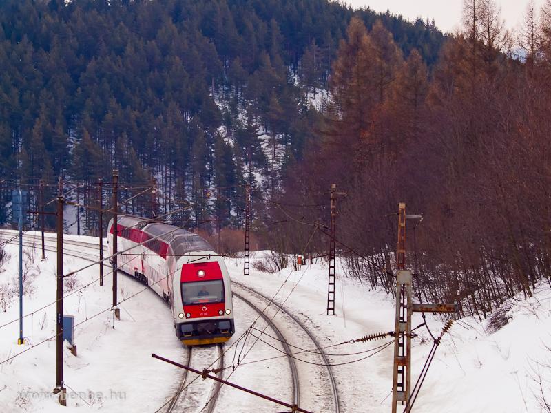 A ZSSK 671 004-0 / 971 004-1 pályaszámú, kétáramrendszerű emeletes motorvonat Lucsivna és Csorba megálló között fotó