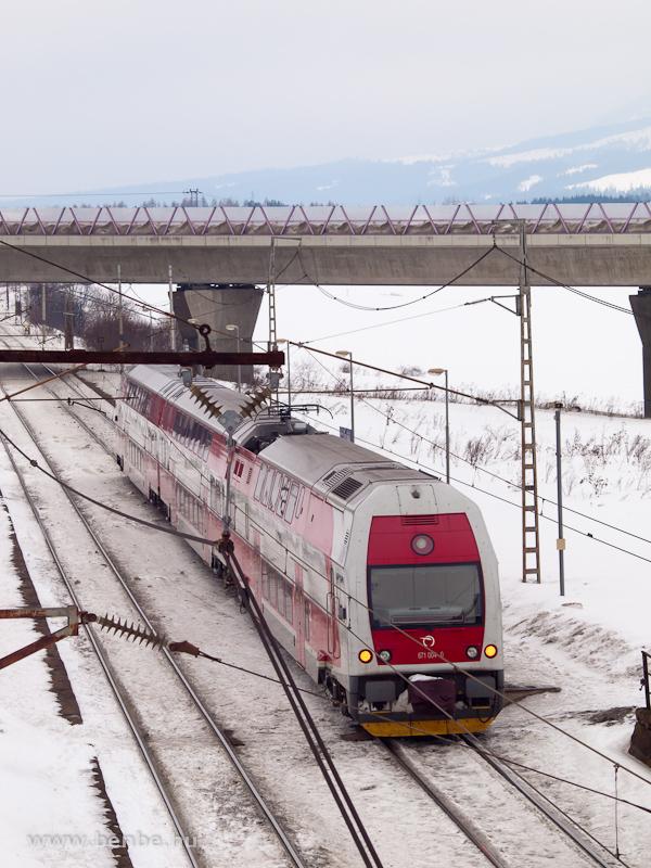 A ZSSK 671 004-0 / 971 004-1 pályaszámú, kétáramrendszerű emeletes motorvonat Csorba megállóban fotó