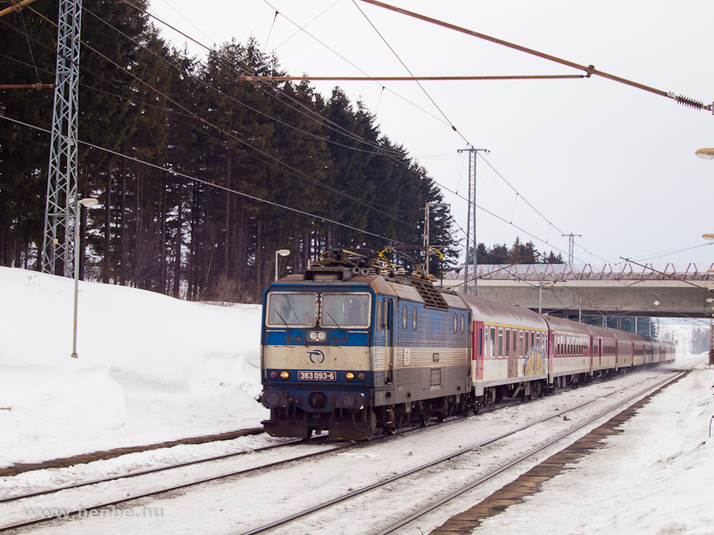 A 363 093-6 egy Pozsony-Kassa gyorsvonattal Csorba meg�ll�helyen (Štrba zast�vka, Szlov�kia) fot�
