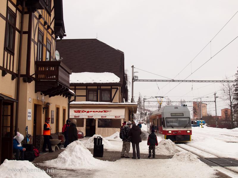 A 425 956-0 pályaszámú GTW a Tátrai Villamos Ótátrafüred állomásán (Stary Smokovec, Szlovákia) fotó