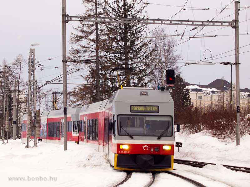 A 425 965-1 pályaszámú GTW a Tátrai Villamos Ótátrafüred állomásán (Stary Smokovec, Szlovákia) fotó