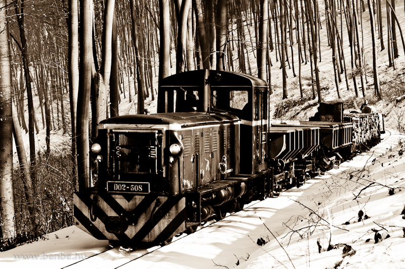 A LÁEV D02-508 tehervonattal küzdi fölfelé magát a völgyben Papírgyár és Puskaporos között fotó