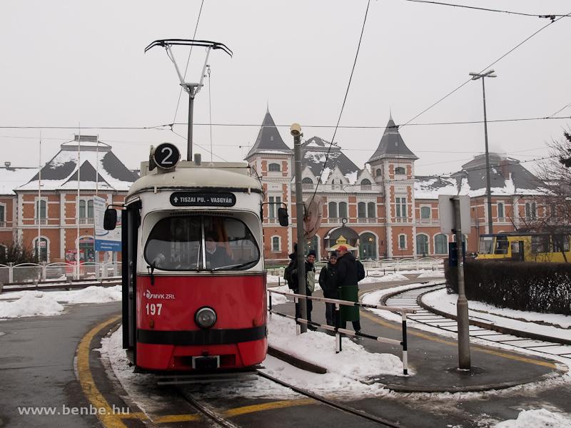 Ex-bécsi E1 sorozatú villamos a 2-es viszonylaton Miskolc-Tiszai pályaudvar előtt fotó