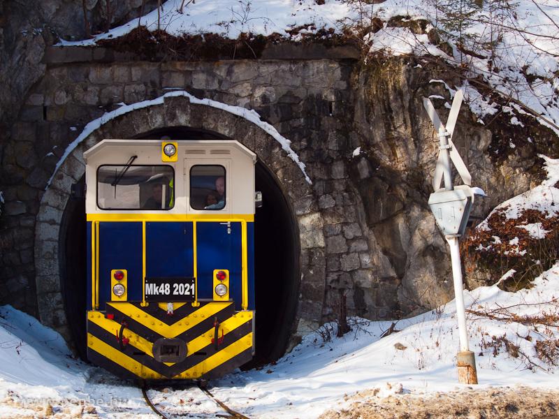 Az új Mk48 2021 hibrid dízel-elektromos mozdony a II.-es lillafüredi alagútnál fotó